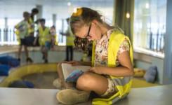 Meisje leest boek in bib
